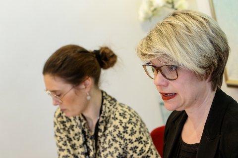IKKE SMITTET I UTLANDET: Enhetsleder kommunikasjon, Therese Evensen (nærmest kamera) orienterer om status for koronasmitte i Moss per 11. mars.