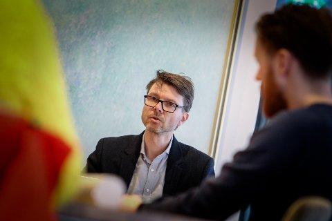 MANGE PRØVER: Kommuneoverlege Kristian Krogshus forteller at hele 60 mossinger venter på prøvesvar mandag ettermiddag
