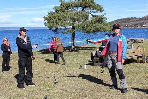 REN STRAND: Monika Engedahl og Roy Eisentrager var blant ploggerne som sørget for ren strand på Tronvik onsdag.
