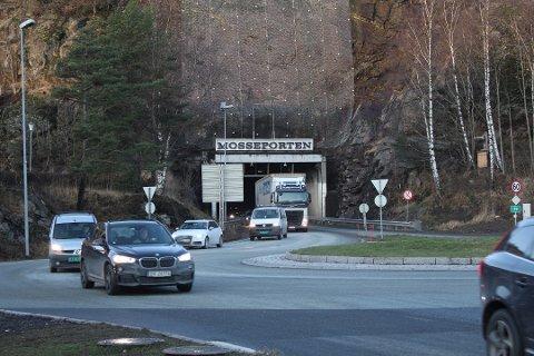 LITT ASFALT: Riksvei 19 skal få litt ny asfalt, inne i Mosseporten-tunnelen.