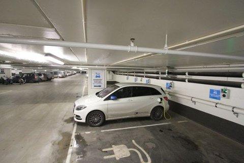 GRATIS RÅD: Nå kan borettslaget ditt få gratis råd til hvordan man kan bygge ladere til elbil på parkeringsplassene.