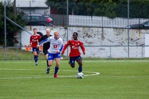 FAVORITTER: Både Sprint og Råde har mannskap til å vinne Amedialigaen. Her fører Rådes Julius Adaramola ballen med Sprints Eirik Kaldheim hakk i hæl.