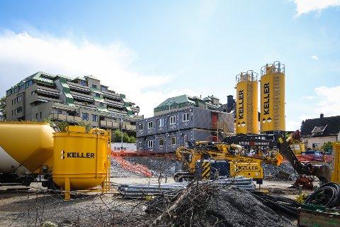 BYGGEPLASS: Nye maskiner og installasjoner blir til stadighet å se i og rundt anleggsområdet ved Kransen.