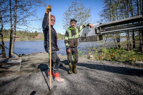 NY RAMPE: Driftsoperatør Frank Negård og Pål Johansen fra Våler kommune foran den nye utkjøringsrampen for båter på bade- og rasteplassen ved Rødsund bru.