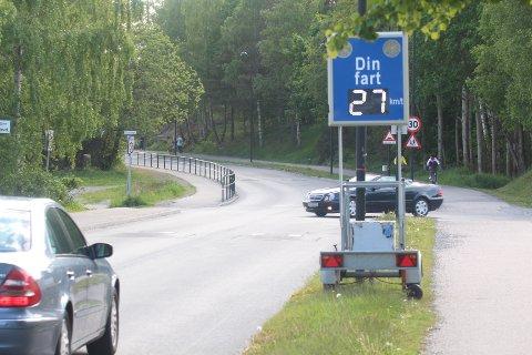 FARTSMÅLING: Osloveien har fått et skilt som varsler hver trafikant om hastigheten deres i 30-sonen.