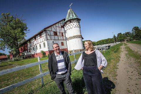 EN ENDA STØRRE ATTRAKSJON: Bengt Olimb i MKEiendom og Maria Havstam ved Galleri F 15 foran den hvite delen av låven på Alby, som uansett tenkes beholdt. Den røde delen kan derimot bli til en kunst- og flerbrukslåve.