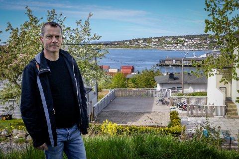 Utsyn: Huseierne i Dr. Galtungs vei 2 og 4 ser utover Værlebukta. Politiker Per Christian Saastad  mener straffen bør være en sviende  bot, men at tilbyggene bør få stå.