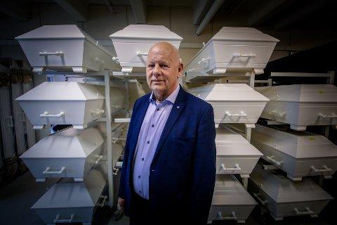 JUBILANT: Josef Bentzen (69) runder 50 år som ansatt i Bentzen Moss Begravelsesbyrå lørdag 20. juni 2020. Han er fjerde generasjons eier av byrået.