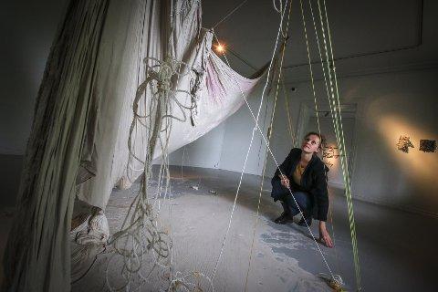 DRISTIG: «Earth, Wind, Fire, Water – Nordisk Kunsthåndverk» er den 44. utgaven av utstillingsserien Tendenser på Galleri F15. Kurator Randi Grov Berger studerer Hedvig Winges arbeid hvor tekstiler, papp og papir er gjennomtrukket i våt porselensleire som senere har tørket.