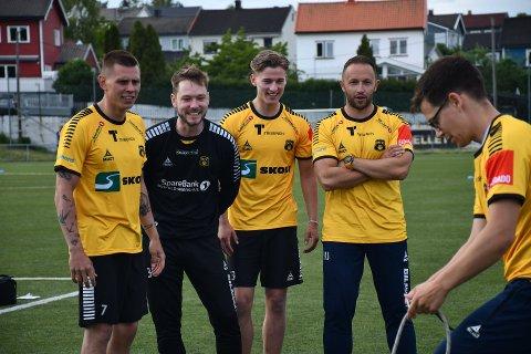 SNART FOTBALLSESONG: Moss Fotballklubb kan starte treninger som normalt. Sesongstart er helgen 11. juli. Det er gode nyheter for Mikkel Aarstrand (f.v.), Øystein Vestvatn, Fredrik Wasenius, MFK-trener Marijo Jovic og assistenttrener Kristoffer Kolsrud (foran).