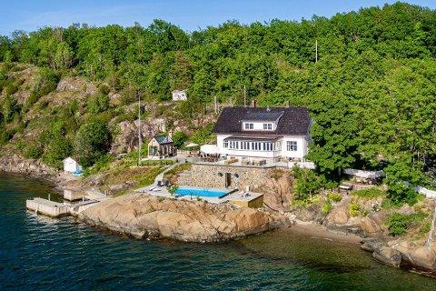 TIL SALGS: Dette huset og eiendommen i Grøtterød-bukta på Nøtterøy er til salgs for 42 millioner kroner.