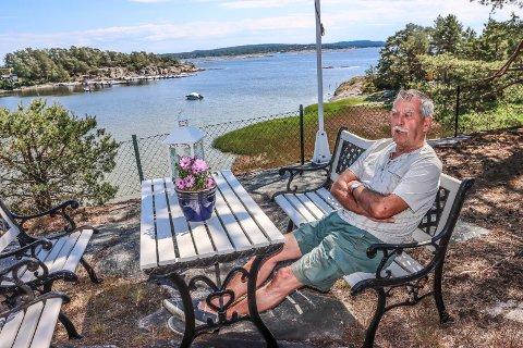 SELGER SITT PARADIS: I 27 somre har Terje Johnsen sittet på denne plassen og gledet seg over sjøutsikten. Nå selger han sitt paradis.