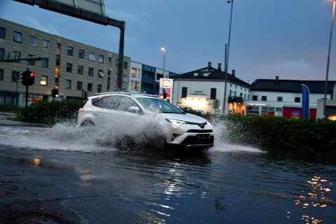 VANN: Store mengder vann samlet seg i Vogts Gate etter lørdagens nedbør.