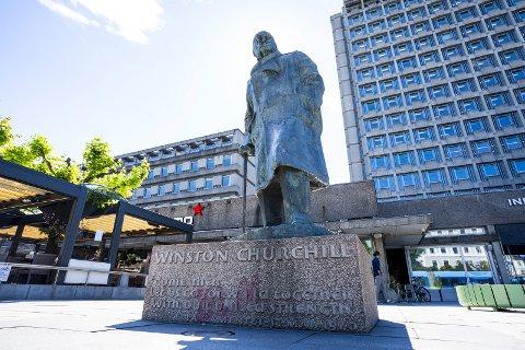 På sokkel: Churchill-statuen i Oslo er utsatt, artikkelforfatterne minner om at det hjelper ikke å rive statuer, brenne bøker, eller fjerne gatenavn. Det er historieløst, statuene forteller en historie og den må forstås mot den tiden personene levde.