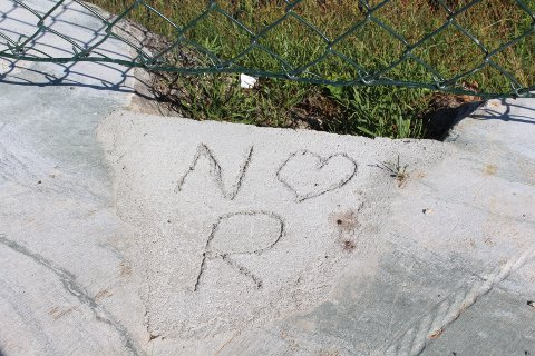 KJÆRLIGHETSERKLÆRING: Det er skriblet ned bokstavene N, R og et hjerte i betongen. Sveip for flere bilder.