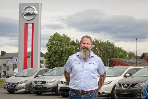 POPULÆR BRUKTBIL: Daniel Hertzman ved Brennes Auto Moss står foran sin mest populære bruktbil: Nissan Qashqai. Disse har det gått uvanlig mange av den siste tiden.