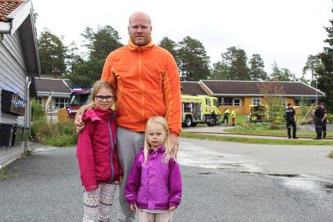 VITNER: Knut Egil Myrvang og døtrene Emma-Mathea (7) og Ada-Othilie (3) våknet til sterk røyklukt fredag morgen og oppdaget at det var brann i en omsorgsbolig på Fjellom, rett ved der de bor.