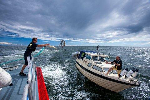 OPPDRAG:  Redningsskøytene har hatt over 2 500 oppdrag siden 1. mai. Her hjelper redningsskøyta «Horn Rescue» en fritidsbåt utenfor Hvaler.
