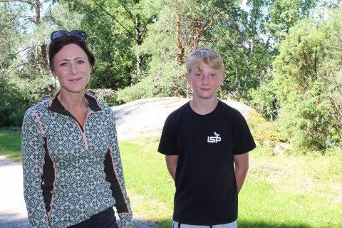 PÅ TUR: Kristin Guse Hægeland (40) og sønnen Martin (14) prøvde de fine turstiene i Nesparken torsdag formiddag. De irriterer seg over forsøpling i naturen.