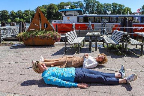 PADDEFLATE: Programlederne Linda Eida (foran) og Herborg Kråkevik la seg paddeflate etter tabben.