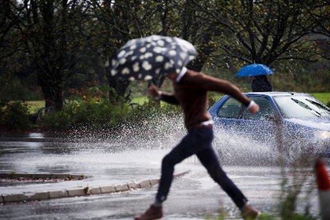 Det er godt og varmt sommervær denne uka, men nå advarer meteorologene om noen uforutsigbare regnskyll som nærmer seg.