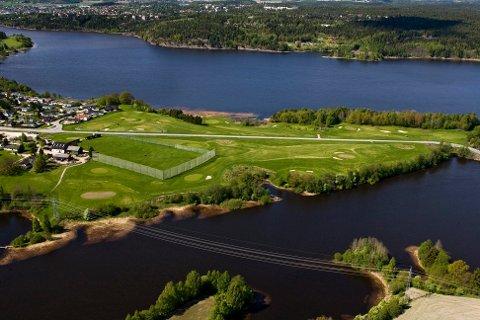 BLIR BOLIGFELT: Kommunedirektøren foreslår at rundt halvparten av arealet til Øya Golfpark helt på nordspissen av Hafslundsøy, omreguleres til boligområde.
