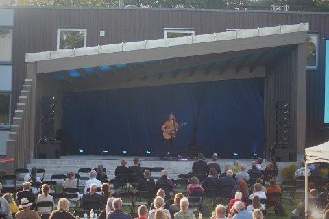 INNVIET: Utescenen i Nesparken ble innviet med fredstale og etter hvert konsert med artisten Moddi.