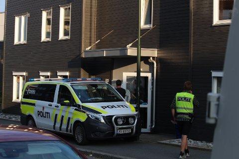 PÅGREPET: Den drapstiltalte 81-åringen ble pågrepet uten dramatikk og iført en heldekkende hvit dress før han ble ført inn i en ventende politibil.