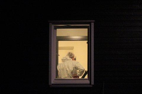 KRIMTEKNISK: Krimteknikere diskuterte i oppgangen til leilighetskomplekset før de startet med de krimtekniske undersøkelsene.
