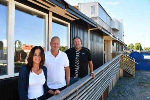 KAN SMILE: Siv Holder (fra venstre), Thomas Thorkildsen og Ivar Nilsen har tatt over ansvaret for klubbhuset på Melløs. Nå har de fått en gave på 100.000 kroner øremerket klubbhuset.