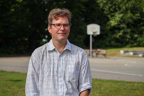 REAGERER: Ole-Øyvind Mustorp er blant dem som reagerer på bråk fra basketballbanen på Refsnes skole sent om kvelden.