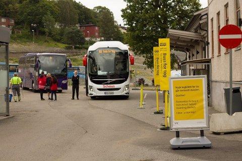 BUSS FOR TOG: Har du tenkt deg på togtur i helgen, må du nok belage deg på buss i stedet.