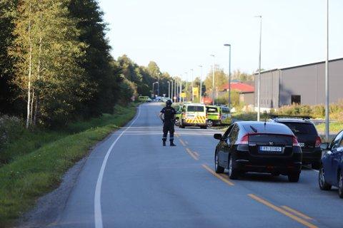 Politiet stengte av Osloveien lørdag ettermiddag etter en trusselsituasjon.