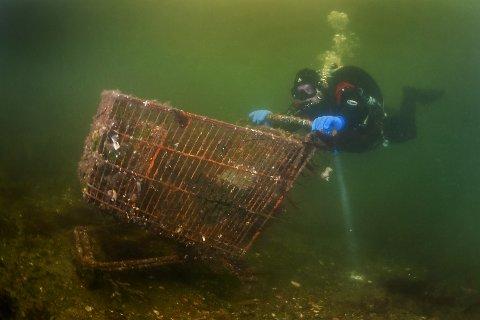 HANDLEVOGN: Dykker Roger Carson under kartleggingsdykk i kanalen med en av de to handlevognene som ble hentet opp fra havbunnen.