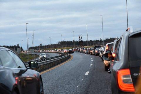 KAN BLI MYE TRAFIKK: I år er det ventet ekstra mange biler på veiene i høstferien. Arkivfoto: Camilla Hjelmeseth