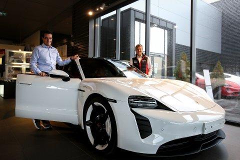 REDDET ÅRET: Daniel Jakobsen (t.v.) og Roger Moen kan smile for det som blir et fantastisk 2020. Takken retter de til denne utradisjonelle sportsbilen.