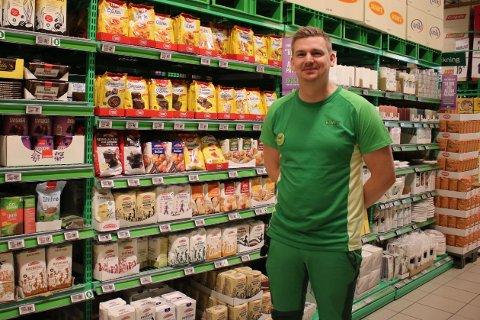 Butikksjef Tarjei Hellum på Kiwi Vestby har igjen fått speltmel fra Møllerens i hyllene.