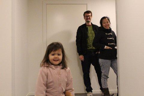 SENTRUM: Miranda (3), Roy Brattli og Shiela Marie Validor flytter for tiden inn i Moss sentrum.