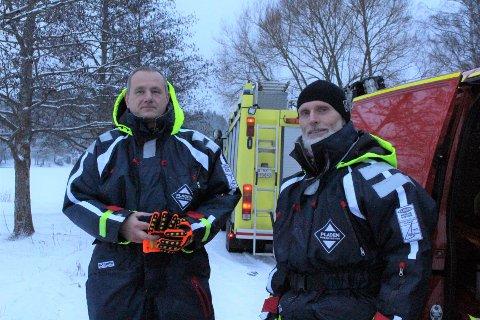 UTRYGT: Brannmester Thomas Bjølseth og underbrannmester Leif Egil Hølen er klar i sin tale: ikke gå ut på isen.