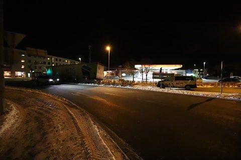 VELTET: Hengeren til traileren løsnet og blokkerer tirsdag kveld Vogts gate ned mot sentrum og Jeløy.
