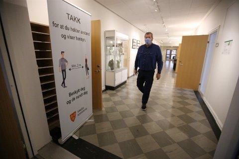 Mandag døde en eldre beboer på Vestby sykehjem med kjent koronasmitte. – Vi har noen måneder til med hardt arbeid, sier ordføreren.