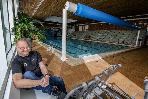 FORNØYD: Sverre Bergh-Smith i Moss Svømmeklubb er glad for at barn og ungdom nå kan komme i gang igjen med treningene.
