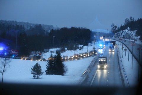 KØ: To biler skal ha kjørt i hverandre på avkjøringen fra E6 til Sonsveien onsdag morgen. Det førte til lange køer.