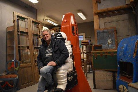 SKATT: I lokalet på Dilling har Eivind Kristiansen flere samleobjekter. Nå rydder han i lokalet og selger blant annet måneraketten fra 1970-tallet.