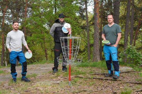 MESTERSKAPSKLARE: Tor-Wegar Winther i Moss Diskgolfklubb (t.h), her sammen med Stian Clausen og Morten Johnsen, drømmer om en egen nihullsbane i Moss. Til helgen blir det turnering i Solliskogen.