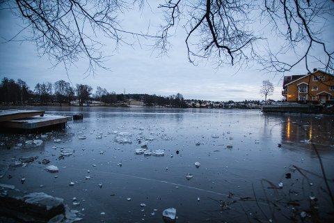 IKKE SIKKER IS: Isen på Vansjø blir mer usikker på grunn av mildvær og regn. Nå ber Øst 110-sentralen mossinger om å være oppmerksomme. Bildet er fra tidligere i vinter.