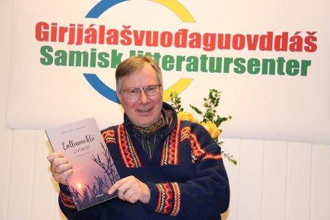 BOKAKTUELL: Tidligere Moss Avis-journalist Lars Johnsen har nå utgitt boken Livsmot. Boken er på to språk, ettersom nordsamisk er hans farsmål og norsk hans morsmål.
