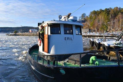 BÅT: Isbryteren «Emil» jobber hver dag med å bryte opp isen så andre båter kommer fram.