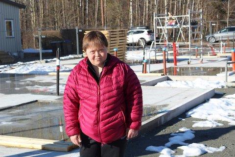 STOLT: Her er Tina på byggetomten på Ekholt der leiligheten hun skal kjøpe er under oppføring.
