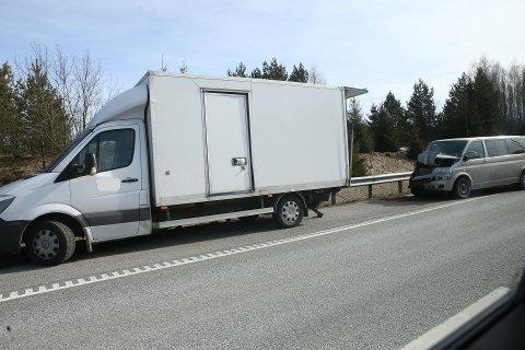 SMELL: En liten lastebil ble påkjørt bakfra etter stans på E6 i Vestby tirsdag.
